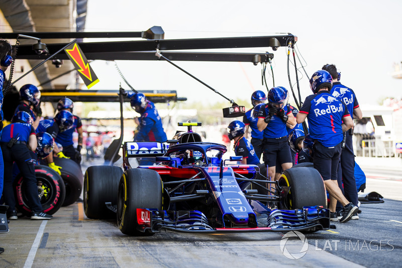 Pierre Gasly, Toro Rosso STR13, leaves his pit box