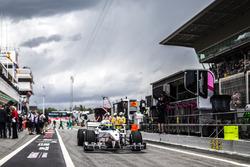 Barbara Palvin y Zsolt Baumgartner, en el coche de 2 plazas F1 Experiences