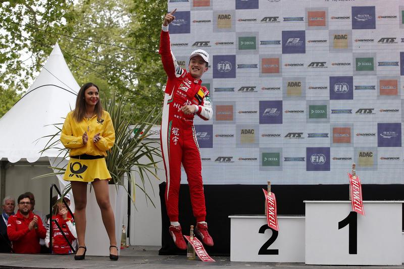 Sur le podium : le vainqueur Guanyu Zhou, PREMA Theodore Racing Dallara F317 - Mercedes-Benz