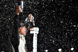 Kevin Harvick, Stewart-Haas Racing, Jimmy John's Ford Fusion festeggia la vittoria