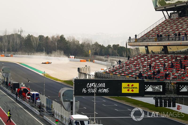 Fernando Alonso, McLaren MCL33, in the gravel