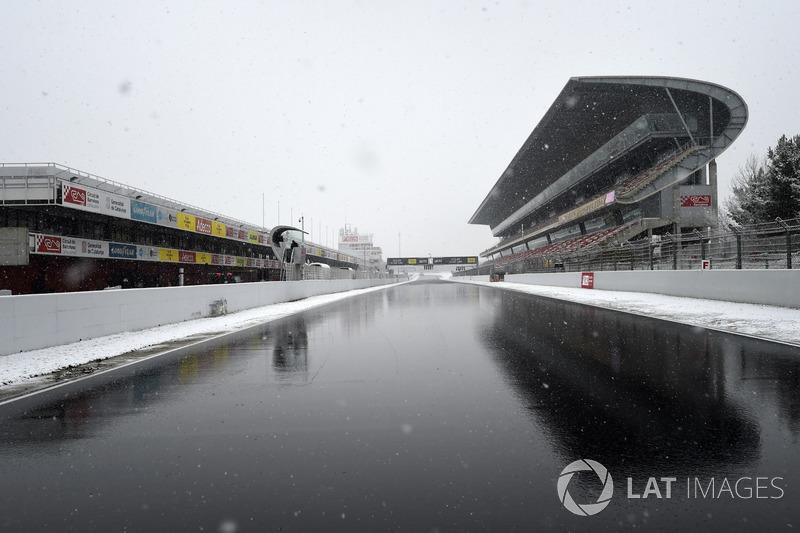 Recta principal del Circuit de Barcelona con nieve
