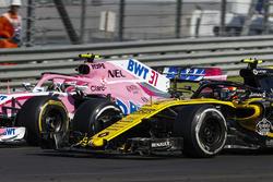 Esteban Ocon, Force India VJM11, battles with Carlos Sainz Jr., Renault Sport F1 Team R.S. 18