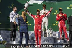 Sebastian Vettel, Ferrari, festeggia sul podio con il trofeo, sotto lo sguardo di Lewis Hamilton, Mercedes-AMG F1 e Kimi Raikkonen, Ferrari