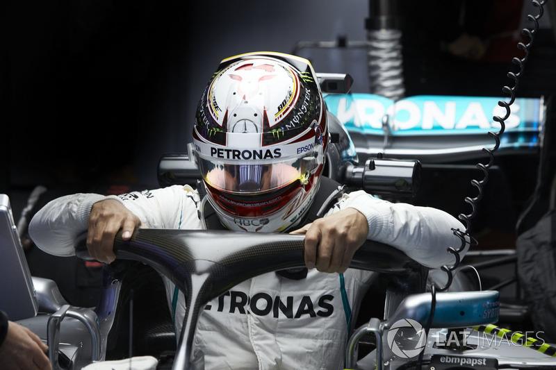 Lewis Hamilton, Mercedes AMG F1, si cala nell'abitacolo della sua monoposto
