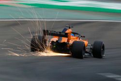 Las chispas vuelan desde el coche de Fernando Alonso, McLaren MCL33 Renault