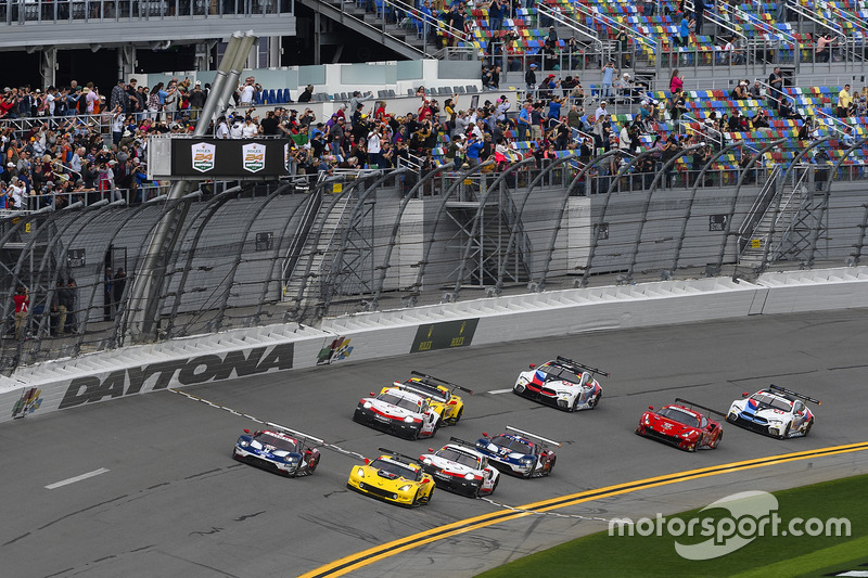 GTLM start: #66 Chip Ganassi Racing Ford GT, GTLM: Dirk Müller, Joey Hand, Sébastien Bourdais leads