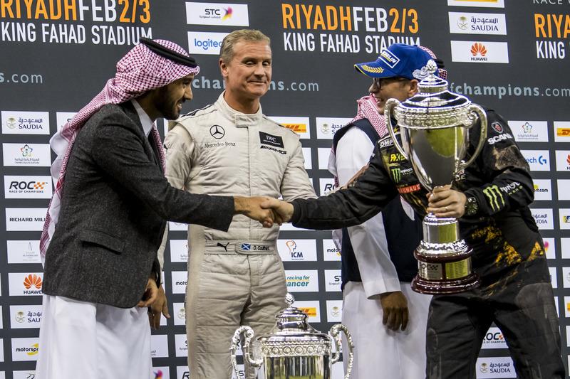 Il secondo classificato Petter Solberg riceve il suo trofeo da Abdulaziz bin Turki Al Saud
