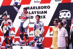 Podium: race winner Mick Doohan, second place Alex Criville, third place Nobuatsu Aoki
