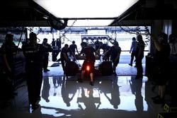 Lewis Hamilton, Mercedes AMG F1 W08, revient dans son garage