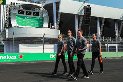 Stoffel Vandoorne, McLaren cammina lungo la pista