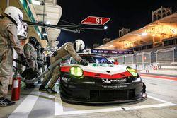 #91 Porsche GT Team Porsche 911 RSR: Richard Lietz, Frédéric Makowiecki in the pits
