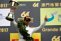 Podio: segundo lugar Robin Frijns, Audi Sport Team WRT, Audi R8 LMS