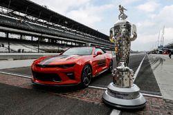 Borg-Warner Trophy und Chevrolet Camaro