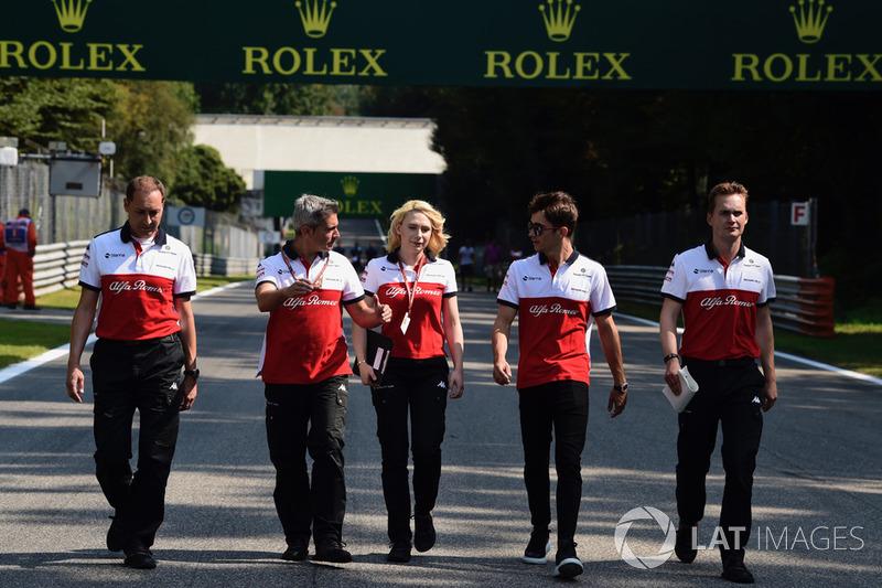 Charles Leclerc, Sauber ispeziona il circuito con Xevi Pujolar, Sauber Head of Track Engineering e Ruth Buscombe, Sauber Race Strategist