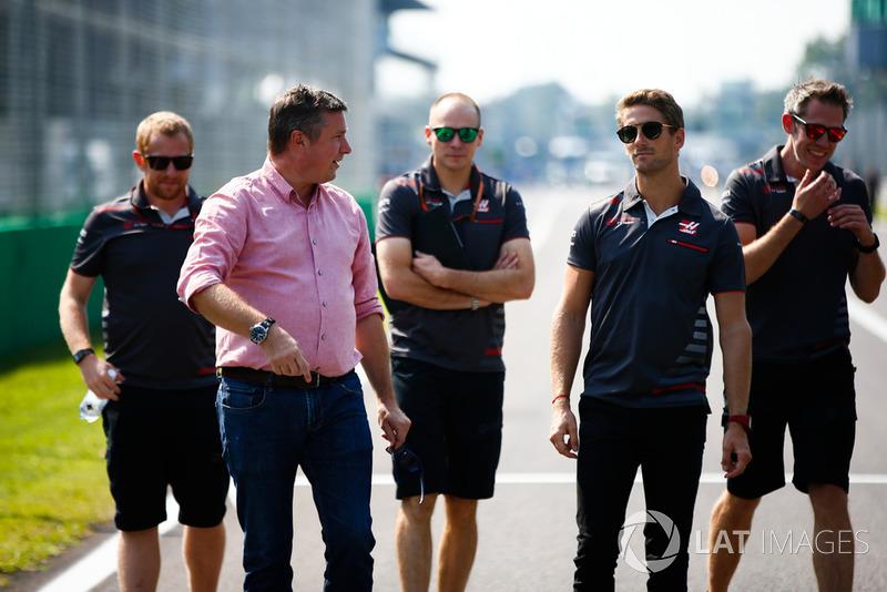 Romain Grosjean, Haas F1 Team, ispeziona il cricuito
