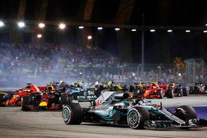 Lewis Hamilton, Mercedes AMG F1 W09 EQ Power+, precede Sebastian Vettel, Ferrari SF71H, alla partenza della gara
