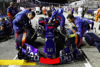 Engineers with Brendon Hartley, Toro Rosso STR13, on the grid
