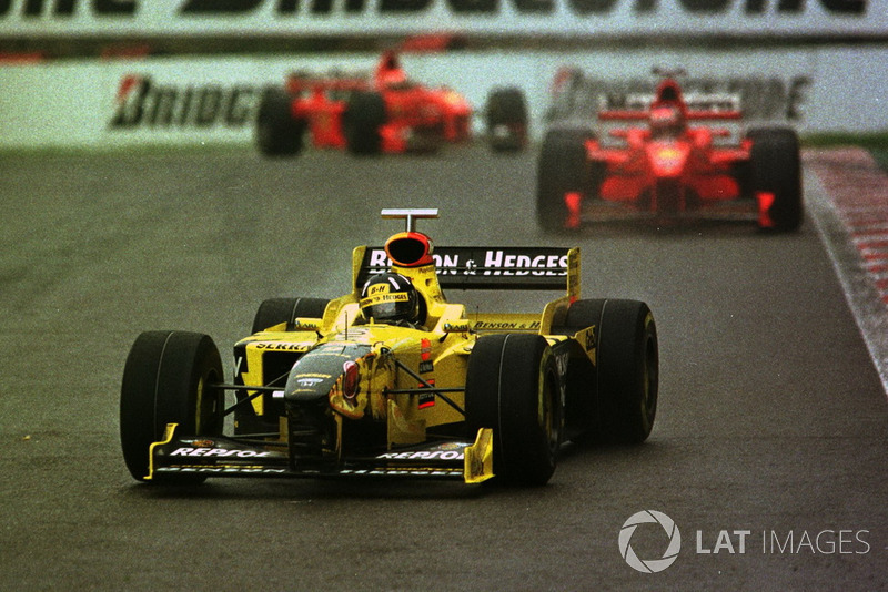 Damon Hill, Jordan 198 leads Michael Schumacher, Ferrari F300 and Eddie Irvine, Ferrari F300