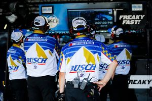 Kevin Harvick, Stewart-Haas Racing, Ford Fusion Busch Beer Throwback crew