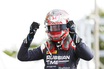 Le vainqueur Tadasuke Makino, RUSSIAN TIME