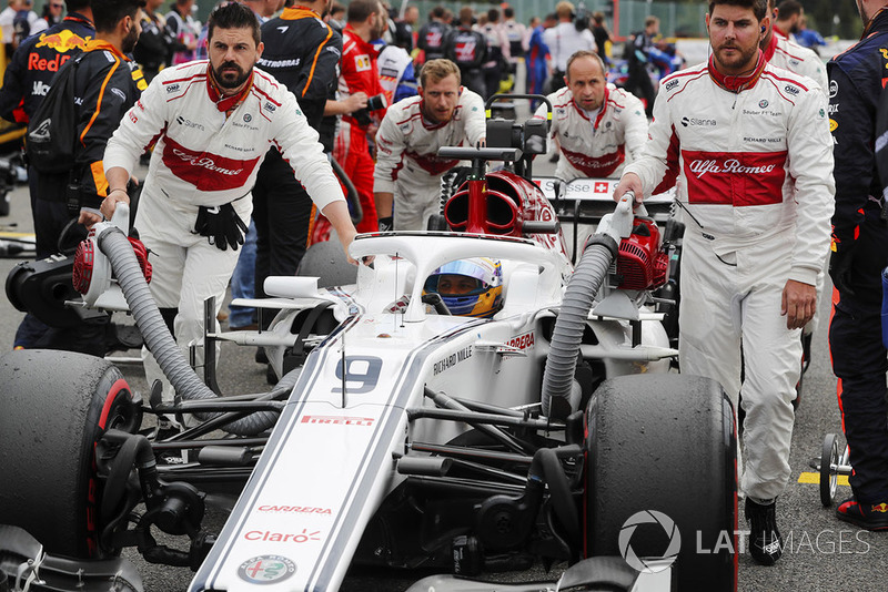 Marcus Ericsson, Sauber, wpychany na pola startowe