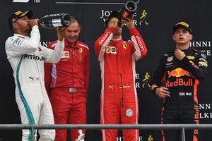 Lewis Hamilton, Mercedes AMG F1, David Sanchez, Ferrari, Sebastian Vettel, Ferrari e Max Verstappen, Red Bull Racing, festeggiano sul podio con lo champagne