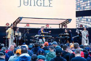 Performance dei Jungle sul palco della F1