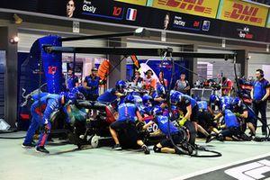 Brendon Hartley, Scuderia Toro Rosso STR13, pit stop