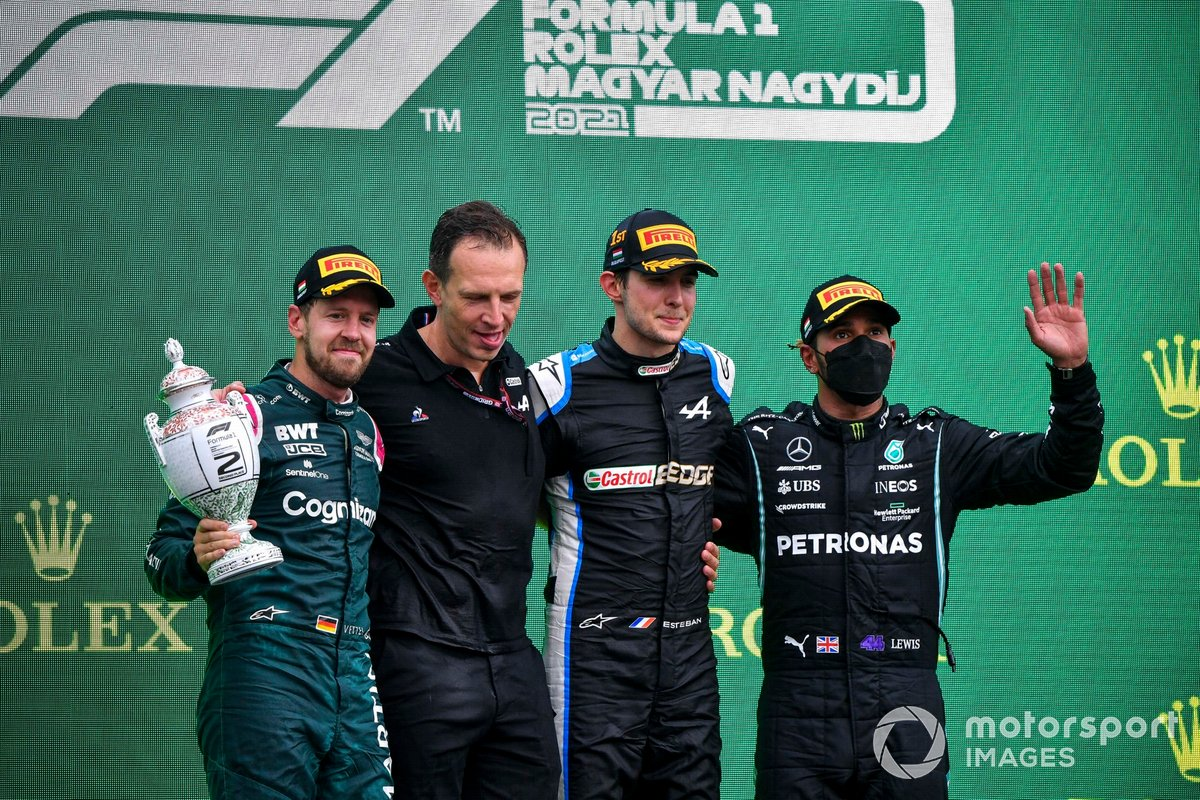 Sebastian Vettel, Aston Martin, secondo classificato, Laurent Rossi, CEO, Alpine F1, Esteban Ocon, Alpine F1, primo classificato, e Lewis Hamilton, Mercedes, terzo classificato, sul podio