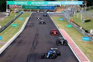 Esteban Ocon, Alpine A521, Sebastian Vettel, Aston Martin AMR21, and Carlos Sainz Jr., Ferrari SF21