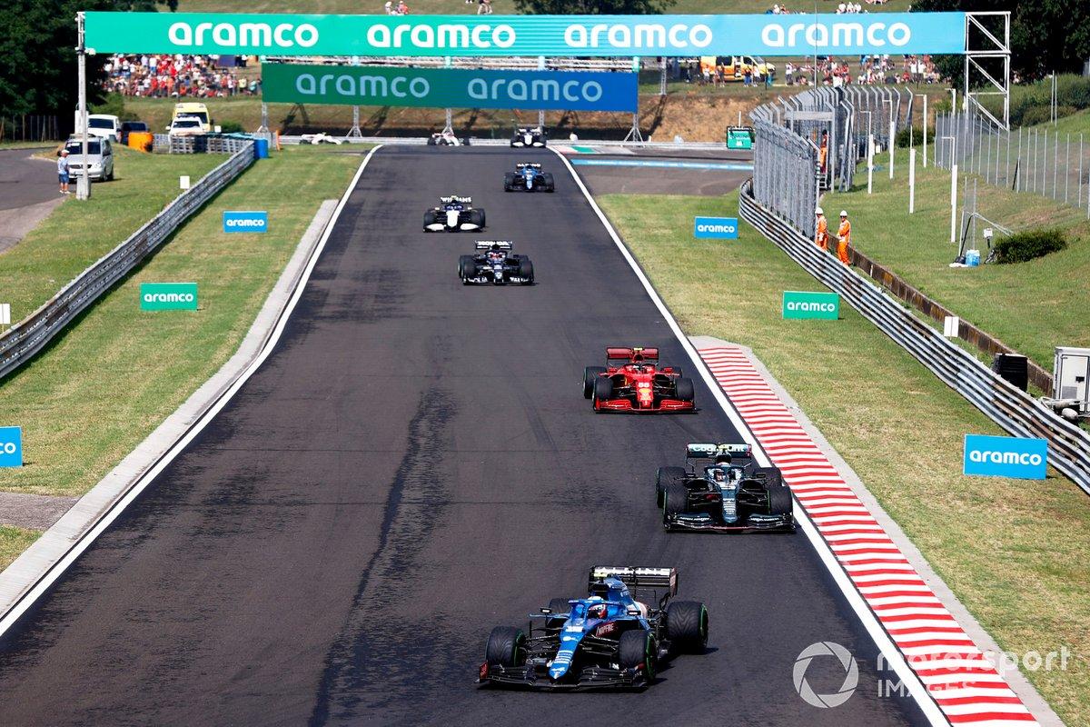 Esteban Ocon, Alpine A521, Sebastian Vettel, Aston Martin AMR21, Carlos Sainz Jr., Ferrari SF21