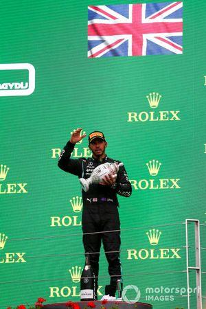 Lewis Hamilton, Mercedes, met zijn trofee