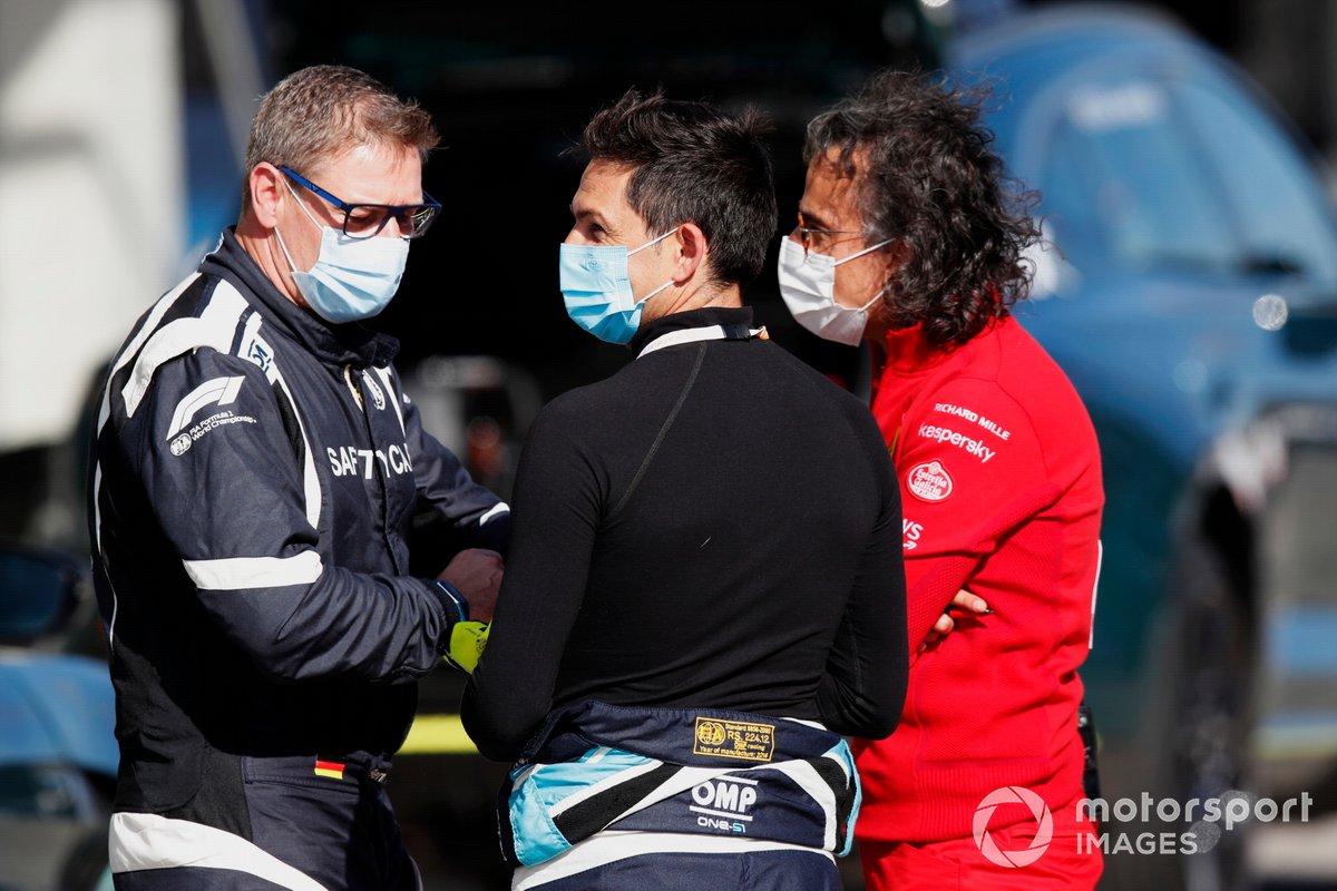 Bernd Maylander, piloto del coche de seguridad, Bruno Correia, piloto del coche médico, y Laurent Mekies, director de carreras de Ferrari