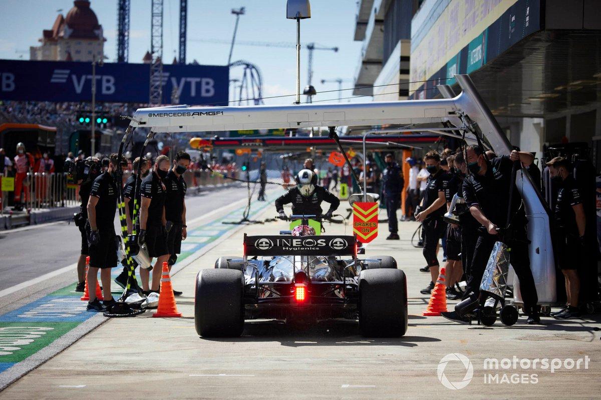 Lewis Hamilton, Mercedes W12, ai box