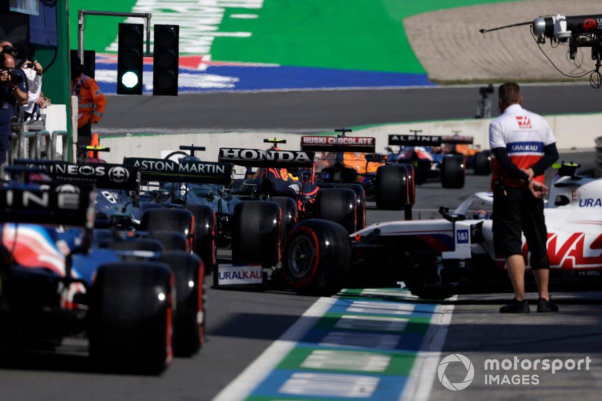 Mick Schumacher, Haas VF-21, se une a la cola del pit lane