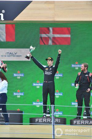 Christian Lundgaard, ART Grand Prix, 3e plaats, met zijn trofee op het podium