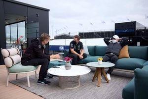 Valtteri Bottas, Mercedes W12 met teamleden
