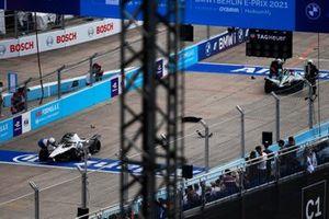 Marshals attend the damaged cars of Edoardo Mortara, Venturi Racing, Silver Arrow 02, and Mitch Evans, Jaguar Racing, Jaguar I-TYPE 5