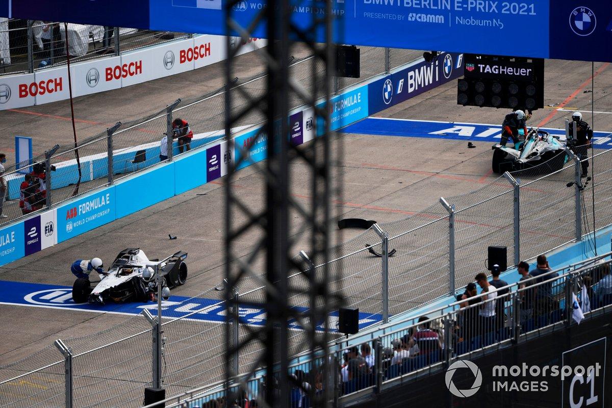 Los oficiales de pista asisten a los coches dañados de Edoardo Mortara, Venturi Racing, Silver Arrow 02, y Mitch Evans, Jaguar Racing, Jaguar I-TYPE 5