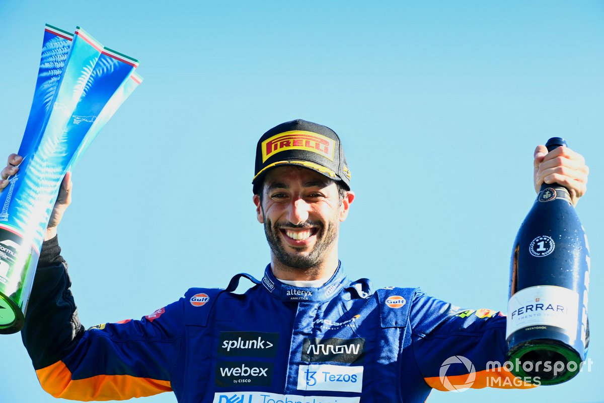 Daniel Ricciardo, McLaren, 1a posizione, con il suo trofeo e lo Champagne