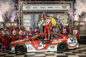 Race winner Kyle Larson, Hendrick Motorsports, Chevrolet Camaro