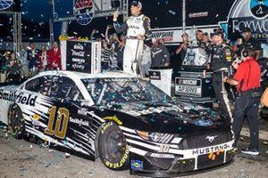 Ganador Aric Almirola, Stewart-Haas Racing, Ford Mustang