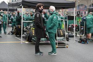 Lawrence Stroll, eigenaar Aston Martin, en Toto Wolff, Teambaas en CEO, Mercedes AMG, op de grid