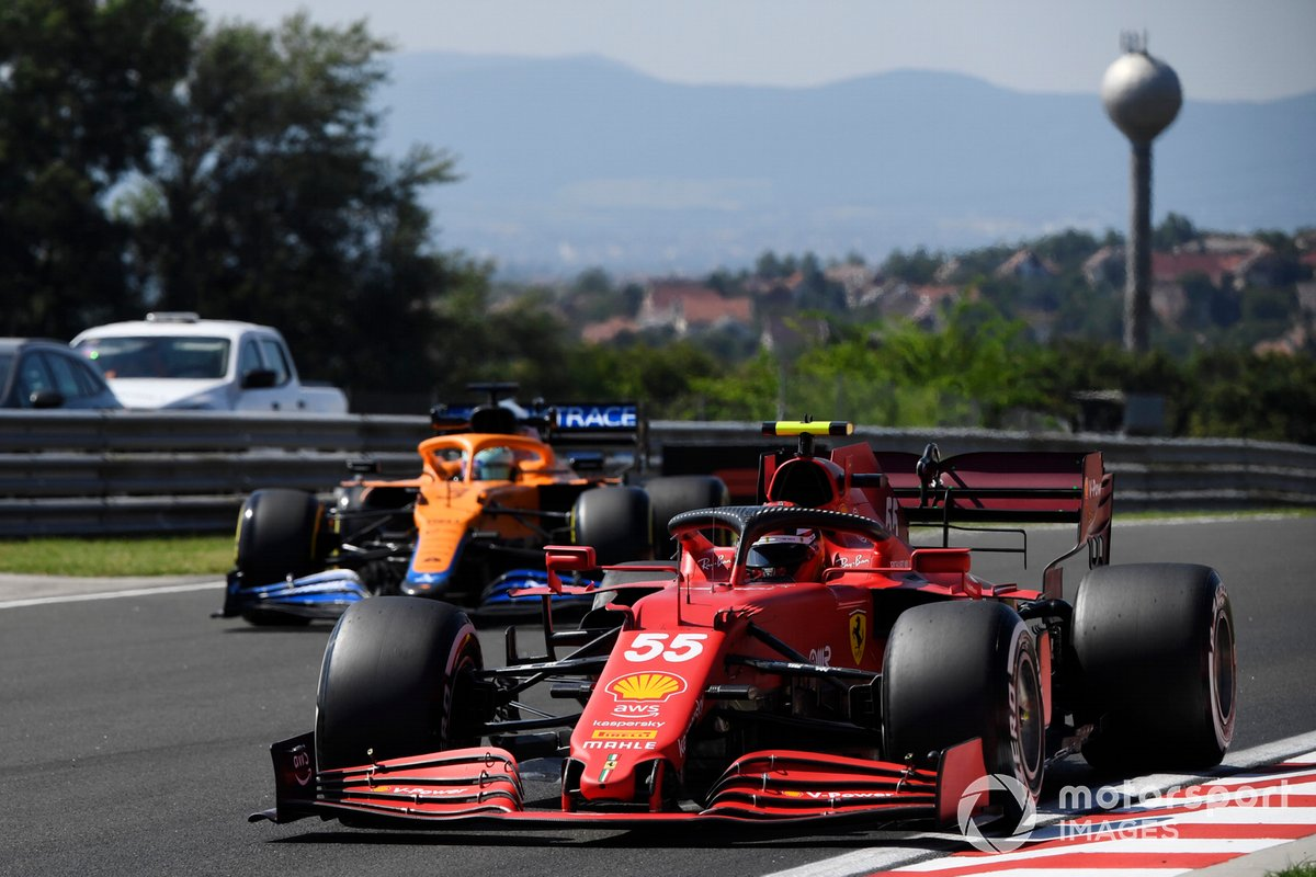 Carlos Sainz Jr., Ferrari SF21, Daniel Ricciardo, McLaren MCL35M