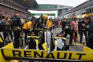 Nico Hulkenberg, Renault F1 Team R.S. 19, on the grid