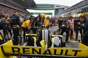Nico Hulkenberg, Renault F1 Team R.S. 19, on the grid