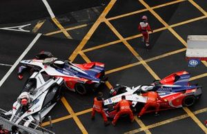 Felipe Nasr, Dragon Racing climbs out of his damaged Penske EV-3 as marshals attempt to move the M5 Electro cars of Pascal Wehrlein, Mahindra Racing, Jérôme d'Ambrosio, Mahindra Racing