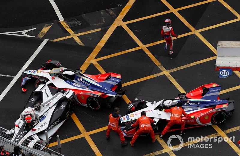 Felipe Nasr, Dragon Racing sale de su auto dañado Penske EV-3 mientras los oficiales intentan mover los M5 Electro de Pascal Wehrlein, Mahindra Racing, Jérôme d'Ambrosio, Mahindra Racing