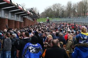 BTCC fans in the pitlane at the autograoh session